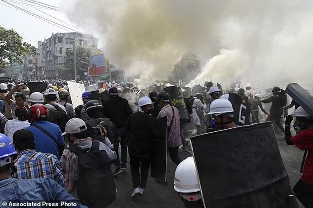 Hàng chục nghìn người Myanmar biểu tình, cảnh sát nổ súng ở cố đô Baga ảnh 10