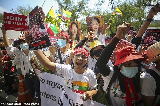 Hàng chục nghìn người Myanmar biểu tình, cảnh sát nổ súng ở cố đô Baga ảnh 12