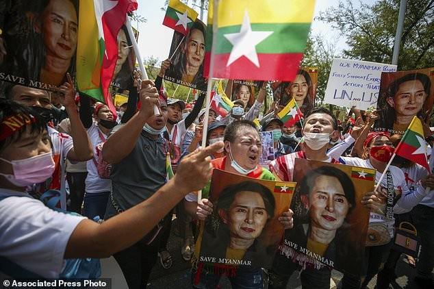 Hàng chục nghìn người Myanmar biểu tình, cảnh sát nổ súng ở cố đô Baga ảnh 11