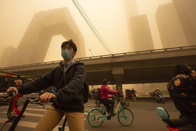 Bão cát ở Trung Quốc: Trời chuyển vàng bất thường, nhà chọc trời 'biến mất' ảnh 10
