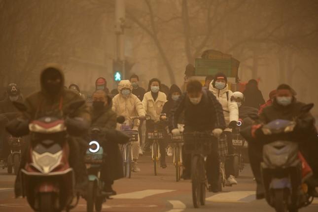 Bão cát ở Trung Quốc: Trời chuyển vàng bất thường, nhà chọc trời 'biến mất' ảnh 11
