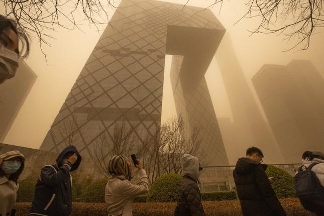 Bão cát ở Trung Quốc: Trời chuyển vàng bất thường, nhà chọc trời 'biến mất' ảnh 12