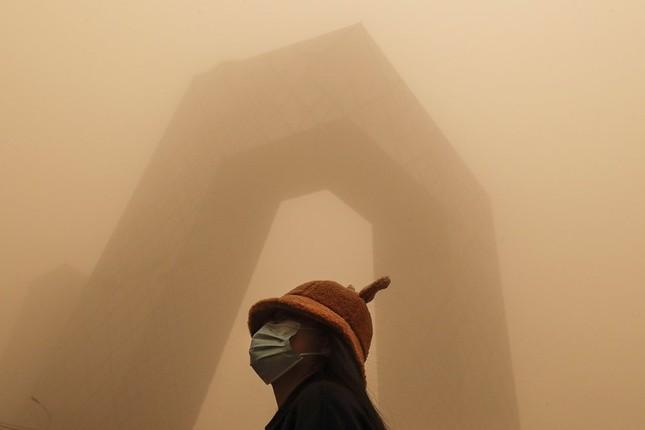 Bão cát ở Trung Quốc: Trời chuyển vàng bất thường, nhà chọc trời 'biến mất' ảnh 13