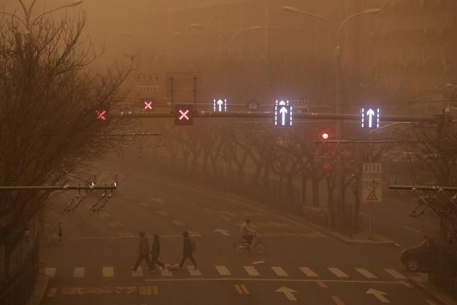 Bão cát ở Trung Quốc: Trời chuyển vàng bất thường, nhà chọc trời 'biến mất' ảnh 14