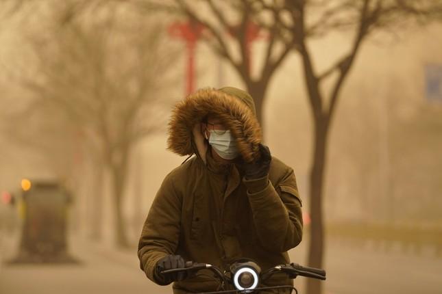 Bão cát ở Trung Quốc: Trời chuyển vàng bất thường, nhà chọc trời 'biến mất' ảnh 1