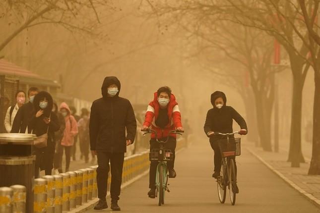 Bão cát ở Trung Quốc: Trời chuyển vàng bất thường, nhà chọc trời 'biến mất' ảnh 2