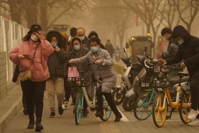 Bão cát ở Trung Quốc: Trời chuyển vàng bất thường, nhà chọc trời 'biến mất' ảnh 3