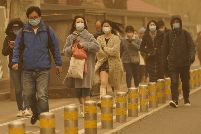 Bão cát ở Trung Quốc: Trời chuyển vàng bất thường, nhà chọc trời 'biến mất' ảnh 4