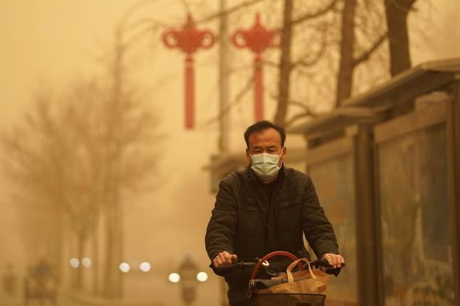 Bão cát ở Trung Quốc: Trời chuyển vàng bất thường, nhà chọc trời 'biến mất' ảnh 16