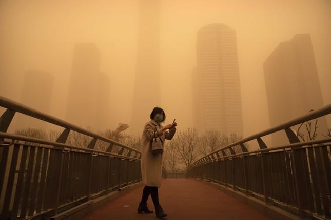 Bão cát ở Trung Quốc: Trời chuyển vàng bất thường, nhà chọc trời 'biến mất' ảnh 17