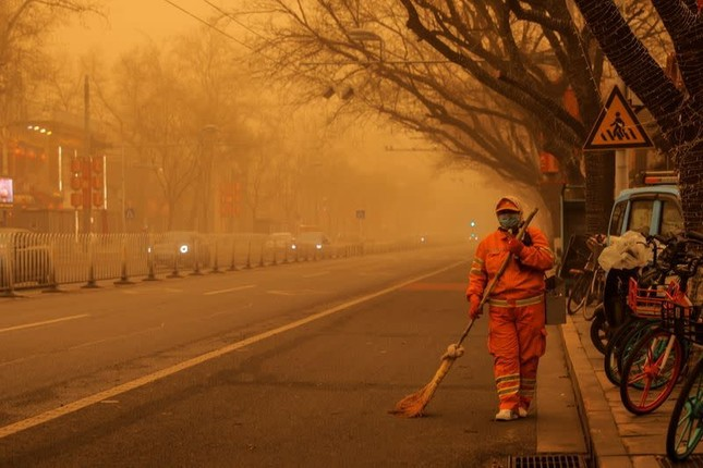 Bão cát ở Trung Quốc: Trời chuyển vàng bất thường, nhà chọc trời 'biến mất' ảnh 7