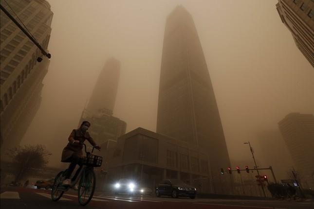Bão cát ở Trung Quốc: Trời chuyển vàng bất thường, nhà chọc trời 'biến mất' ảnh 6