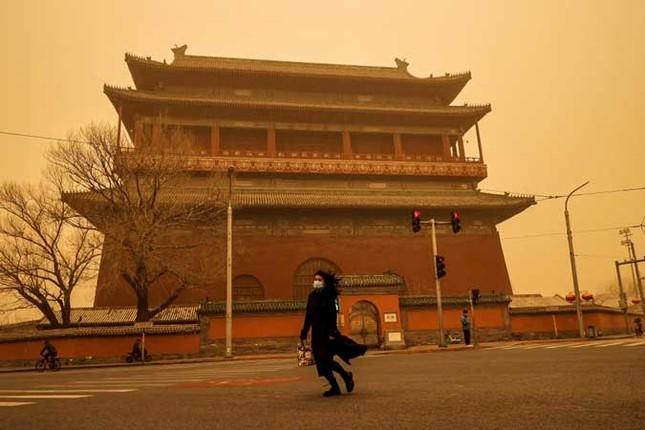 Bão cát ở Trung Quốc: Trời chuyển vàng bất thường, nhà chọc trời 'biến mất' ảnh 20