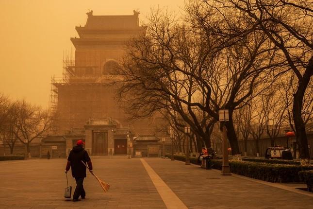 Bão cát ở Trung Quốc: Trời chuyển vàng bất thường, nhà chọc trời 'biến mất' ảnh 8