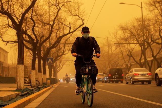 Bão cát ở Trung Quốc: Trời chuyển vàng bất thường, nhà chọc trời 'biến mất' ảnh 9