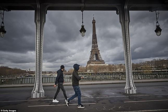 Paris trước giờ phong tỏa: Vội vã lên tàu, chen chân trong siêu thị ảnh 1
