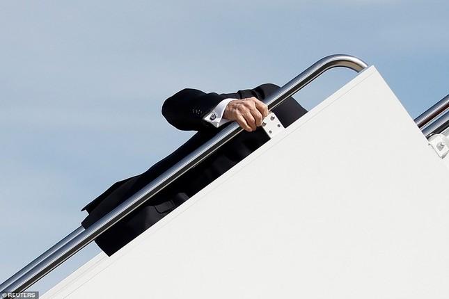 Tổng thống Mỹ liên tục vấp ngã khi bước lên Không lực Một ảnh 2
