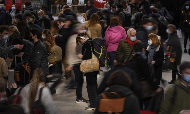 Paris trước giờ phong tỏa: Vội vã lên tàu, chen chân trong siêu thị ảnh 4