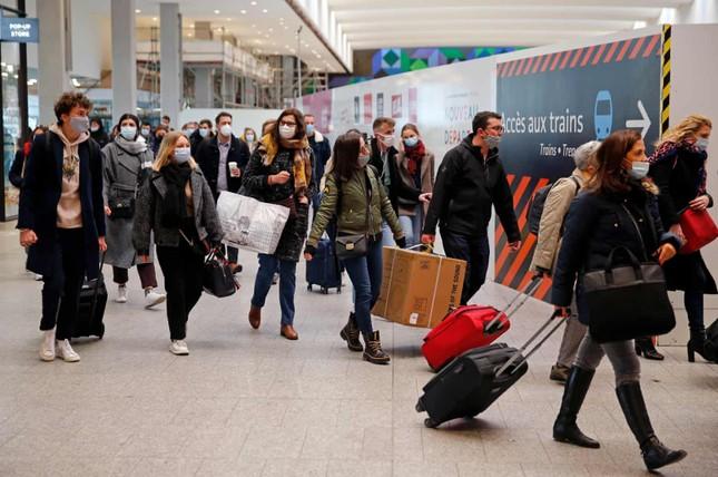 Paris trước giờ phong tỏa: Vội vã lên tàu, chen chân trong siêu thị ảnh 5