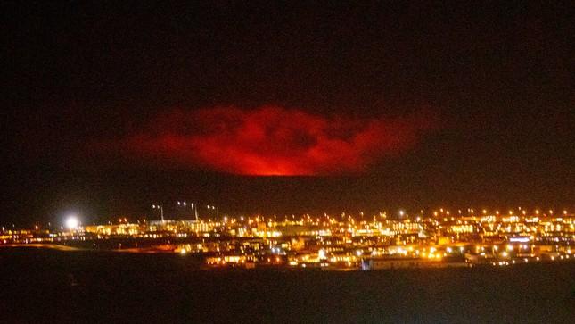 Kinh hãi núi lửa phun trào trong đêm gần thủ đô của Iceland ảnh 2
