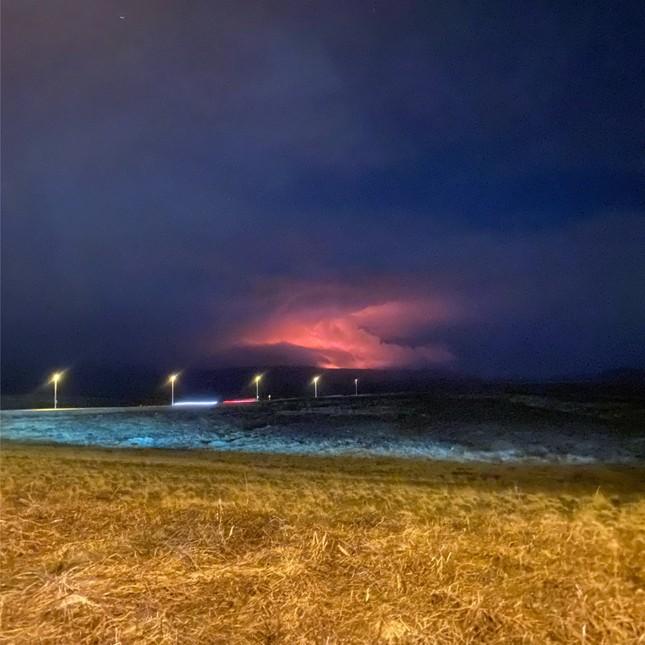Kinh hãi núi lửa phun trào trong đêm gần thủ đô của Iceland ảnh 3