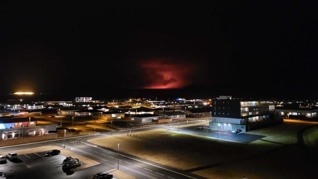 Kinh hãi núi lửa phun trào trong đêm gần thủ đô của Iceland ảnh 1