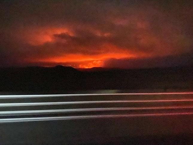 Kinh hãi núi lửa phun trào trong đêm gần thủ đô của Iceland ảnh 6