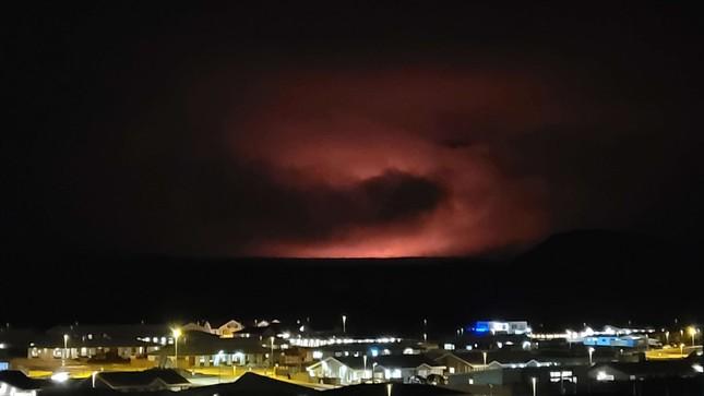 Kinh hãi núi lửa phun trào trong đêm gần thủ đô của Iceland ảnh 5