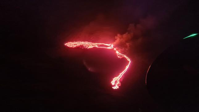 Kinh hãi núi lửa phun trào trong đêm gần thủ đô của Iceland ảnh 4