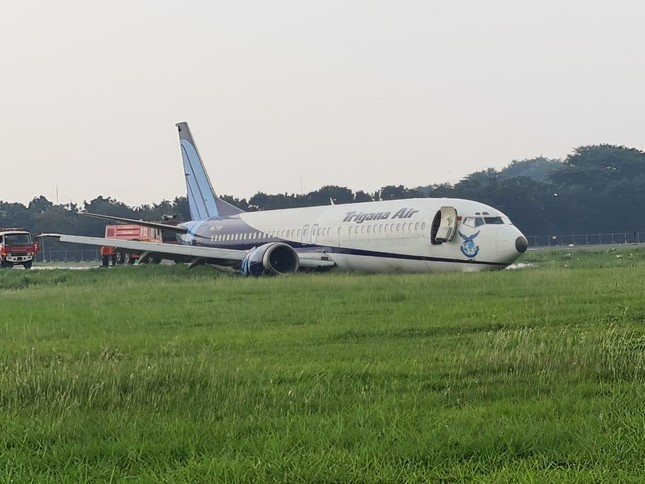 Indonesia: Máy bay trượt khỏi đường băng, lao ầm ầm xuống đồng cỏ ảnh 5