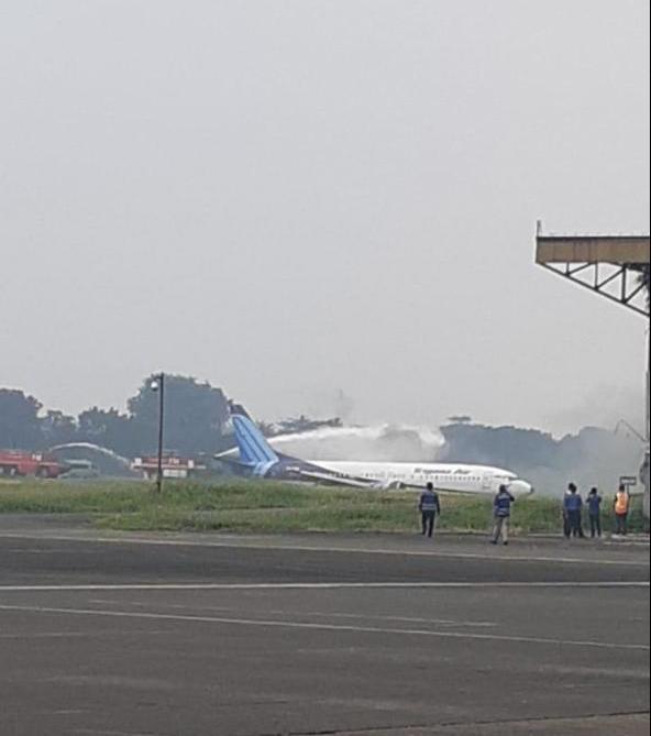 Indonesia: Máy bay trượt khỏi đường băng, lao ầm ầm xuống đồng cỏ ảnh 3