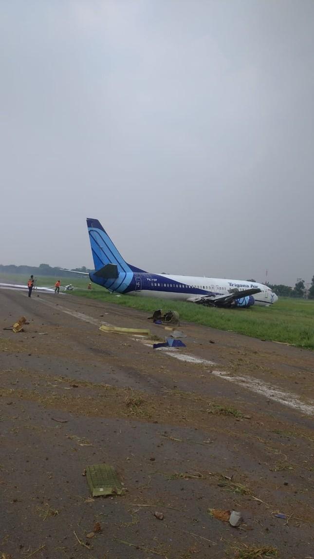 Indonesia: Máy bay trượt khỏi đường băng, lao ầm ầm xuống đồng cỏ ảnh 4