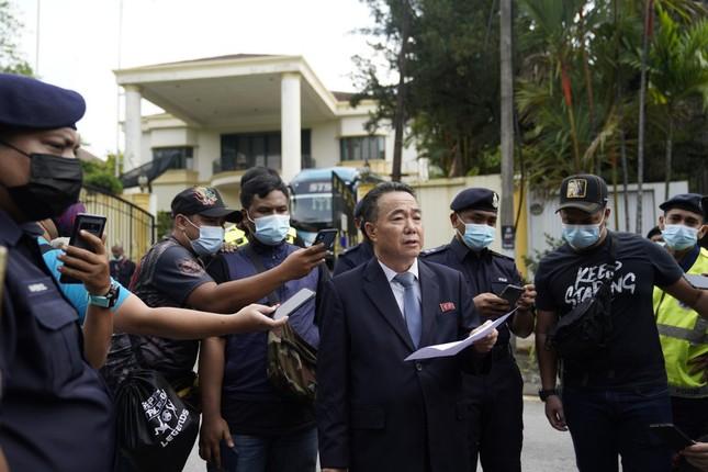 Đoàn ngoại giao Triều Tiên rồng rắn rời Malaysia hậu cắt đứt quan hệ ngoại giao ảnh 1