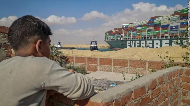 Giải cứu thành công tàu container sau một tuần mắc cạn chắn ngang kênh Suez ảnh 2