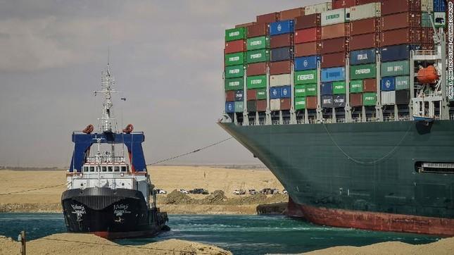 Giải cứu thành công tàu container sau một tuần mắc cạn chắn ngang kênh Suez ảnh 3