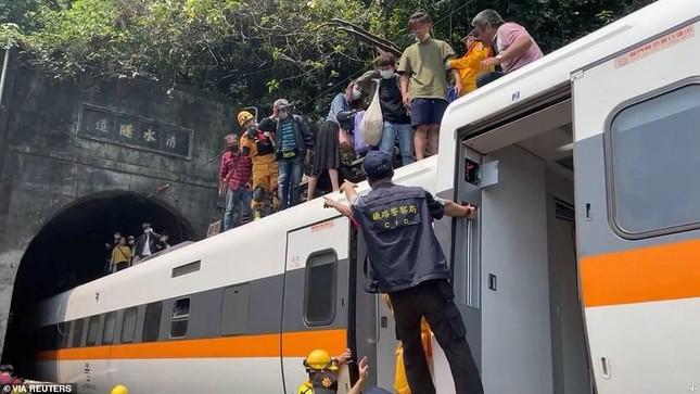 Nhân chứng vụ tai nạn tàu hỏa thảm khốc ở Đài Loan: 'Mọi người ngã đè lên nhau' ảnh 8
