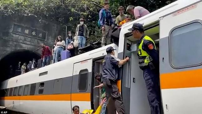 Nhân chứng vụ tai nạn tàu hỏa thảm khốc ở Đài Loan: 'Mọi người ngã đè lên nhau' ảnh 7