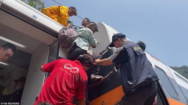 Nhân chứng vụ tai nạn tàu hỏa thảm khốc ở Đài Loan: 'Mọi người ngã đè lên nhau' ảnh 9