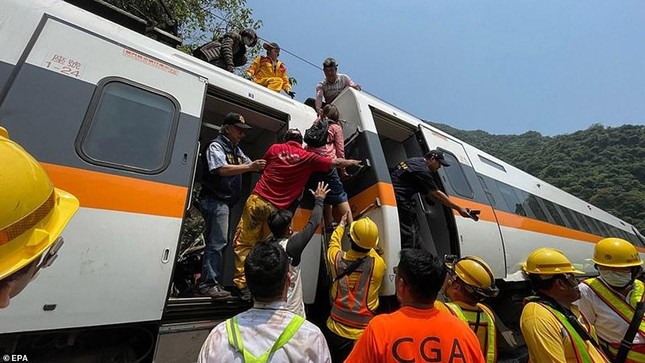 Nhân chứng vụ tai nạn tàu hỏa thảm khốc ở Đài Loan: 'Mọi người ngã đè lên nhau' ảnh 6