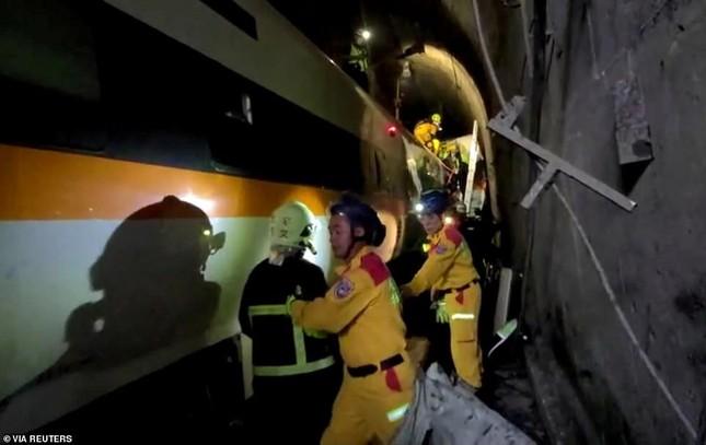 Nhân chứng vụ tai nạn tàu hỏa thảm khốc ở Đài Loan: 'Mọi người ngã đè lên nhau' ảnh 3