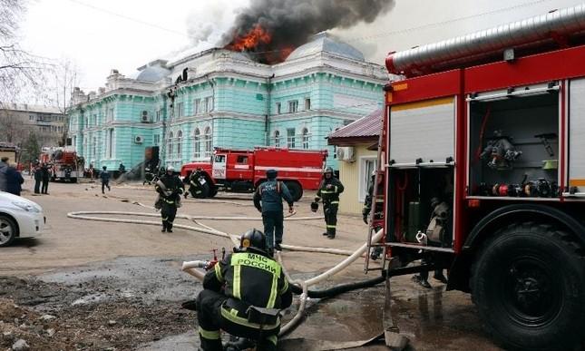Nga: Cháy bệnh viện, nhóm bác sĩ liều mạng ở lại vì đang mổ tim cho bệnh nhân ảnh 1