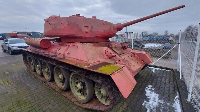 CH Séc: Cảnh sát ngỡ ngàng khi người dân giao nộp xe tăng T-34 huyền thoại ảnh 1