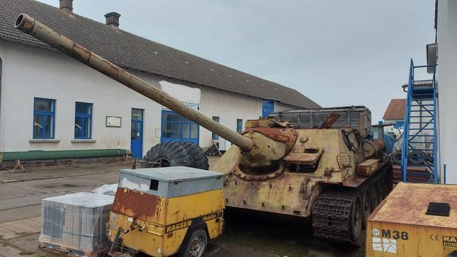 CH Séc: Cảnh sát ngỡ ngàng khi người dân giao nộp xe tăng T-34 huyền thoại ảnh 2