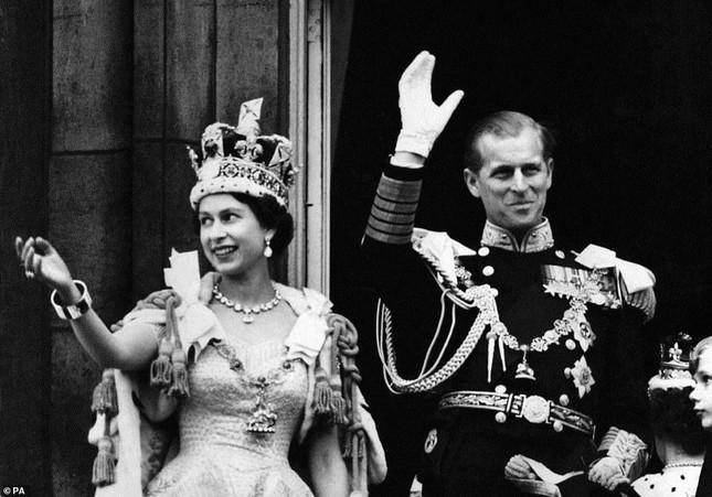 Loạt ảnh ghi dấu chuyện tình đẹp như cổ tích của Hoàng tế Philip và Nữ hoàng Elizabeth ảnh 17