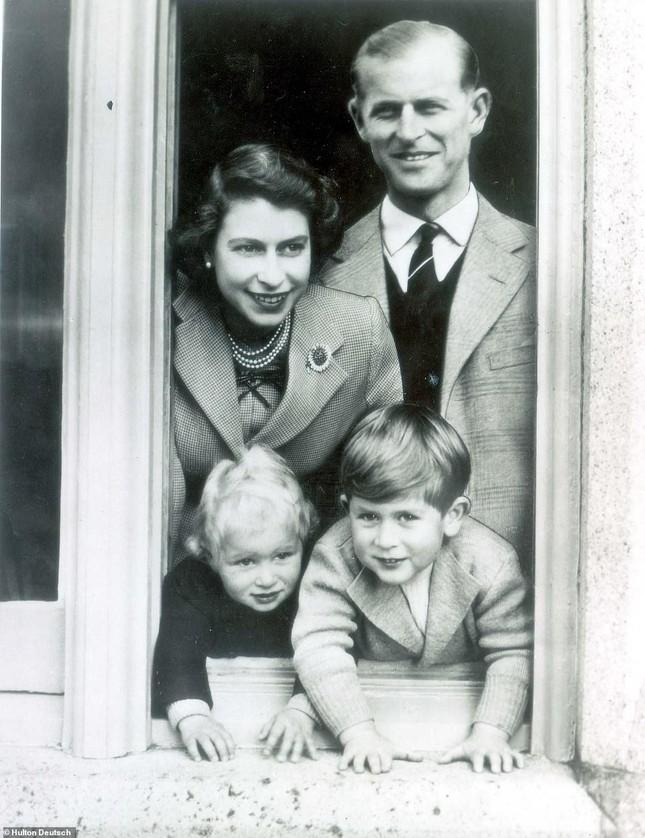 Loạt ảnh ghi dấu chuyện tình đẹp như cổ tích của Hoàng tế Philip và Nữ hoàng Elizabeth ảnh 13
