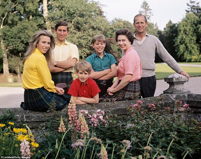 Loạt ảnh ghi dấu chuyện tình đẹp như cổ tích của Hoàng tế Philip và Nữ hoàng Elizabeth ảnh 18