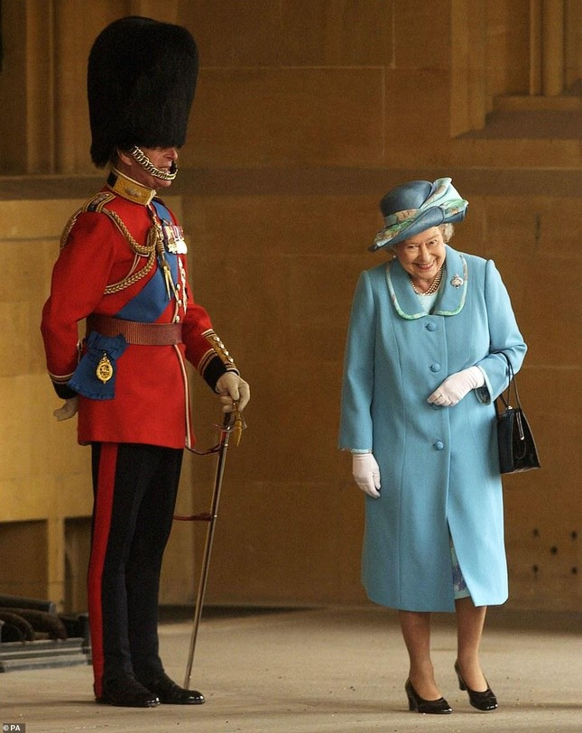 Loạt ảnh ghi dấu chuyện tình đẹp như cổ tích của Hoàng tế Philip và Nữ hoàng Elizabeth ảnh 34