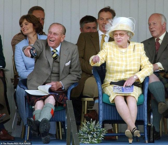 Loạt ảnh ghi dấu chuyện tình đẹp như cổ tích của Hoàng tế Philip và Nữ hoàng Elizabeth ảnh 35