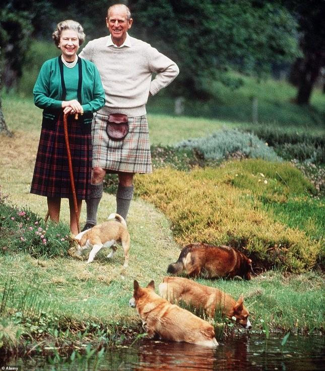 Loạt ảnh ghi dấu chuyện tình đẹp như cổ tích của Hoàng tế Philip và Nữ hoàng Elizabeth ảnh 24