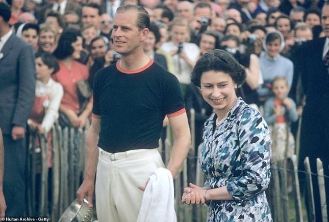 Loạt ảnh ghi dấu chuyện tình đẹp như cổ tích của Hoàng tế Philip và Nữ hoàng Elizabeth ảnh 19
